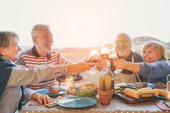 Séniors : pourquoi il est important de maintenir une vie sociale