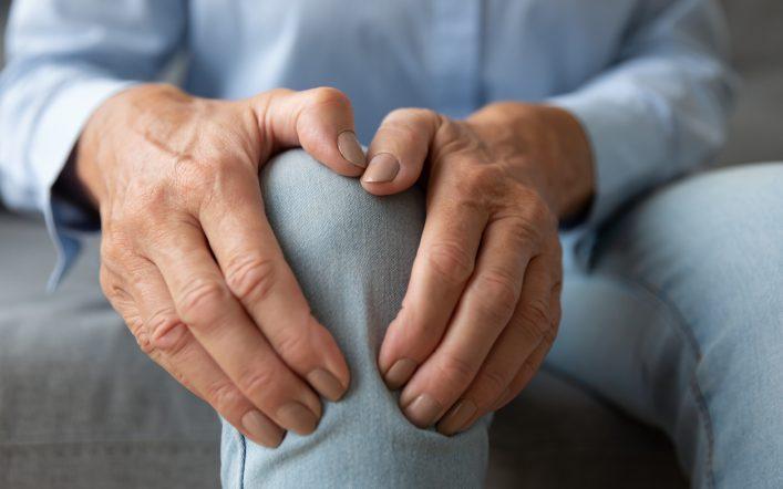 Personnes âgées : comment prévenir l'ostéoporose