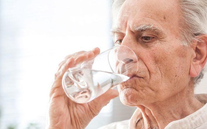 Personnes âgées : l'importance de boire suffisamment d'eau